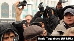 Представители СМИ на площади Республики. Алматы, 17 января 2012 года. Иллюстративное фото.