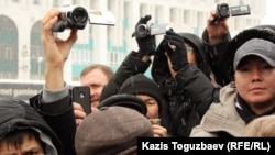 Алматыдағы Республика алаңында жүрген ақпарат құралдары өкілдері. (Көрнекі сурет)