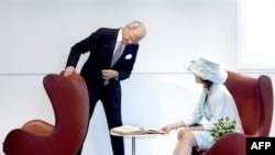Король Швеции Карл Густав и королева Сильвия в креслах «Яйцо» датского дизайнера Арне Якобсона