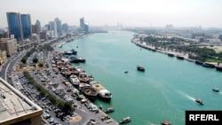 حجم مبادلات تجارى ایران و امارات متحده عربی به حدود ده میلیارد دلار در سال مىرسد که بیشتر آن به صادرات مجدد کالا از دوبى به ایران مربوط مىشود.