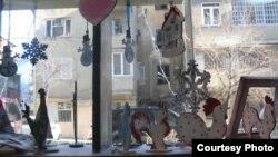 Кристина и Георгий раскрашивают и украшают узорами новогодние сувениры. Снежинки, елочки, ангелочки и символ наступающего года – петух