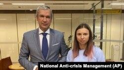 Kriszcina Cimanouszkaja Varsóban, mellette a szintén Lengyelországba menekült Paval Latuska belarusz ellenzéki politikus 2021. augusztus 4-én