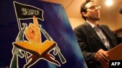 Hani al Monsouri, purtător de cuvînt al grupării islamice extremiste Ansar al-Sharia la o conferință de presă la Benghazi după distrugerea Consulatului american