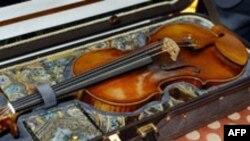 نمونه ای ویولن های ساخت گيسپه گارنری دل گسو ایتالیایی که در سال ۱۷۴۳ساخته شده است.(عکس: AFP)