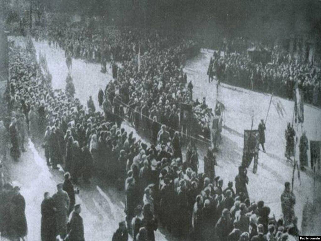 Фото, яке вважають за знімок перепоховання загиблих під Крутами студентів