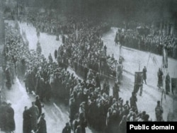Фото, яке вважають за світлину перепоховання загиблих під Крутами студентів