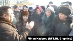Полпред правительства в Нарынской области Аманбай Кайыпов с митингующими. 17 декабря 2014 года.