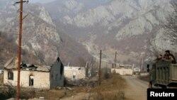 Uništene kuće koje su Jermeni zapalili pre napuštanja Nagorno-Karabaha.