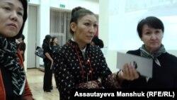 Художница Сауле Сулейменова (в центре). Алматы, 24 октября 2013 года.