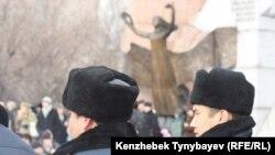 Полицейлер Желтоқсан оқиғасының құрбандарын еске алуға жиналған халықты бақылап тұр. Алматы, 17 желтоқсан 2009 жыл.