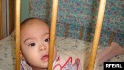 Атырау облыстық сәбилер үйіндегі балалардың бірі. Атырау, 14 мамыр 2010 жыл.