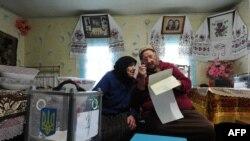 Голосуют украинские пенсионерки (деревня Русаки под Киевом)