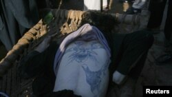 پر پېښور باچا خان هوايي ډګر د وژل شوي یوه ازبک مړی. ۱۶ ډسمبر ۲۰۱۲م کال