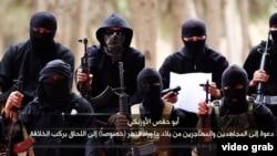 Интернетке Әбу Хафса әл-Узбеки және Әбу Саад әл-Узбеки атты екі өзбектің атынан жарияланған «Сапқа қосыл!» видеосынан алынған скриншот.