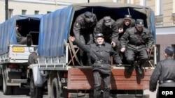 Милиционеры готовились к акциям неофашистов в Питере, но коротко стриженые преступники объявились в Москве