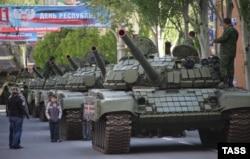 Парад в честь 9 мая на улице Артёма. Донецк, май 2015 года