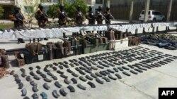افغانستان: امنیتي ځواکونو د نیول شويو وسلو خوا ته ولاړ دي