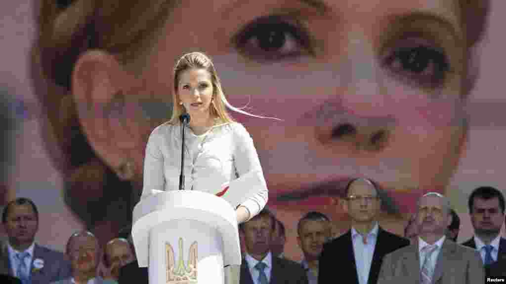 Виступає Євгенія Тимошенко, донька ув'язненого Прем'єр-міністра Юлії Тимошенко, з посланням до опозиції від своєї матері. Форум об'єднаної опозиції, Київ, 12 травня 2012 року