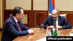 Armenia -- Prime Minister Nikol Pashinian meets with outgoing Defense Minister Vigen Sargsian in Yerevan, 8May 2018.