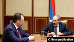 Nikol Pashinian müdafiə naziri vəzifəsini icra edən Vigen Sargsyan-la görüşdə, 8 may, 2018-ci il