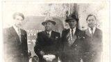 1 мая 1953 года, перед первомайским парадом. Слева направо: Чингиз Айтматова, студент 5 курса Кыргызского сельскохозяйственного института, М. Н. Лущихин – ректор института, А. С. Лукьяненко – секретарь парткома института, Кубаткул Касымбеков – студент 5 курса. Фотографию прислал Рыскул Касымбеков.