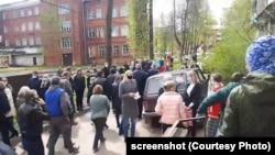 Жители Боровичей на сходе 21 мая