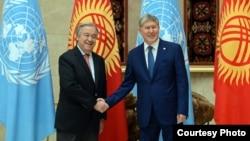 Генсек ООН Антониу Гутерреш (слева) и президент Кыргызстана Алмазбек Атамбаев.