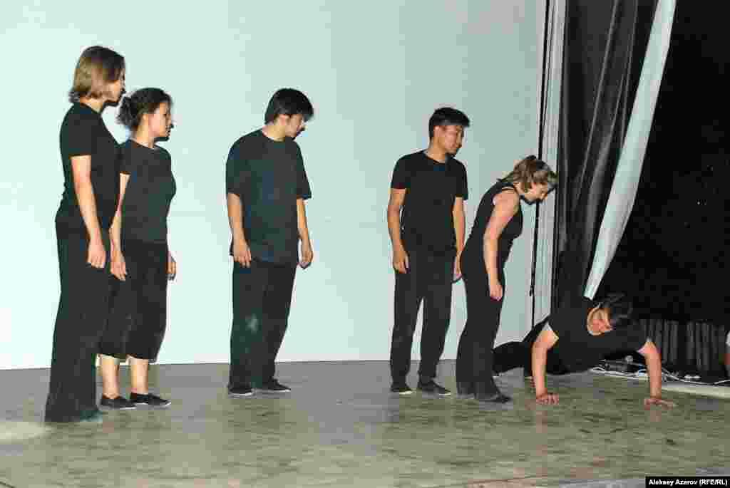 Финальной частью поэтического фестиваля стало выступлениестуденческого театра на английском языке Казахстанского института менеджмента, экономики и прогнозирования (КИМЭП). Еслиназвание театра сократить до аббревиатуры, то получается – KELT.
