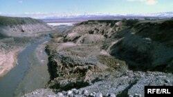 Бұдан екі жыл бұрын бұзылған Қызылағаш су қоймасының бөгені. Алматы облысы, наурыз 2010 жыл. Көрнекі сурет.