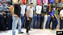 Ирандықтар дүкенде джинс киіп тұр. Тегеран, 7 қазан 2013 жыл.
