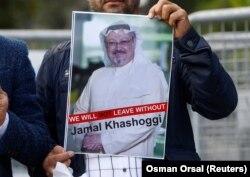 Участник акции протеста в Стамбуле держит фотографию Джамаля Хашогги.