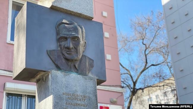 Памятный знак Игорю Тамму. Владивосток