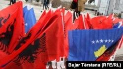 Kosovska zastava ukazuje na to da smo država, ali zastava svih Albanaca je ona crveno-crna sa dvoglavim orlom: Alji Mehani
