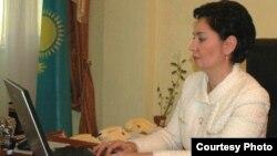Еңбек және халықты әлеуметтік қорғау министрі Гүлшара Әбдіхалықова Азаттық радиосы веб-сайты оқырмандарының сұрақтарына жауап беріп отыр. Астана, 27 қаңтар 2011 жыл.
