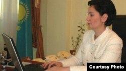 Еңбек және халықты әлеуметтік қорғау министрі Гүлшара Әбдіхалықова Азаттық оқырмандары қойған сұрақтарға жауап беріп отыр. Астана, 27 қаңтар 2011 жыл.