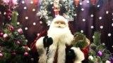 Некоторые магазины украшают витрины в привычном для христиан стиле, даже с использованием куклы Санта Клауса.