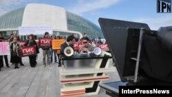 Спецвыпуск сотрудники ПИКа транслировали прямо с улицы – перед парламентом развернули импровизированную студию
