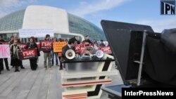 Передача ПИКа новому владельцу проходила одновременно с акциями протеста сотрудников канала