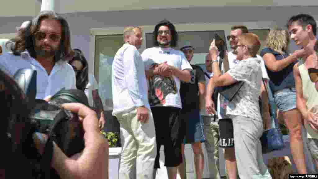 Затем певец в сопровождении Олега Зубкова и своей свиты отправился пообедать в кафе «Белый лев» на территории парка «Тайган»