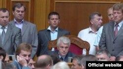 Последний день работы украинской Рады напоминал школьную потасовку