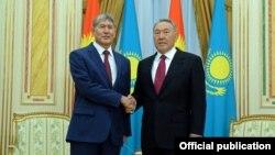 Президент Кыргызстана Алмазбек Атамбаев и президент Казахстана Нурсултан Назарбаев. Астана, 7 ноября 2014 года.