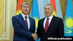 Almazbek Atambaev (left) and Nursultan Nazarbaev meet in more cordial times.