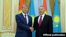 Atambayev (solda) və Nazarbayev daha mehriban keçmişdə (7 noyabr 2014)