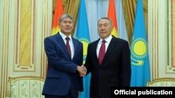 Қазақстан президенті Нұрсұлтан Назарбаев пен Қырғызстан президенті Алмасбек Атамбаев.
