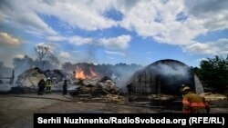 Рятувальники гасять пожежу в Броварах, де загорілися склади з пиломатеріалами, 5 червня 2017 року