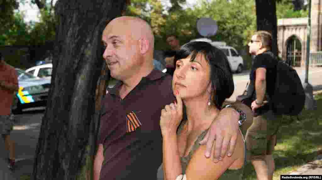 До російського посольтва також прийшли чоловік і жінка з георгієвською стрічкою
