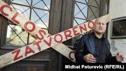 ბოსნია-ჰერცეგოვინა, 4 ოქტომბერი: სარაევოს ეროვნული მუზეუმის დახურულ კართან დგას მუზეუმის დირექტორი, ადნან ბუსულაჯიჩი