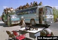 Talibanska milicija pretražuje vozila na jednom od svojih kontrolnih punktova u blizini Čarikara u Afganistanu, oko 70 kilometara sjeverno od Kabula, 3. oktobra 1996.