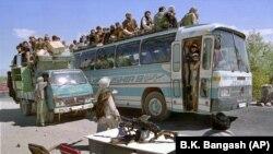 «Талибан» кыймылынын жоочулары Ооганстандын Чарикар өткөрмө бекетинде. 3-октябрь, 1996-жыл.