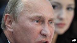 """Премьер-министр России Владимир Путин выступает на съезде партии """"Единая Россия"""". Москва, 23 сентября 2011 года."""